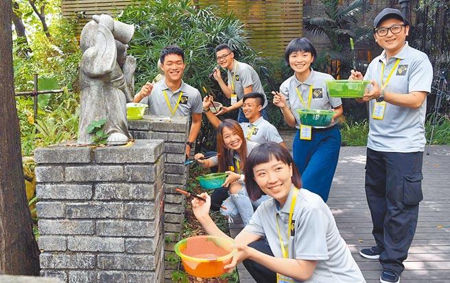 2018年8月7日,閩台家園台灣青年創新創業基地承辦的首屆「潮‧視覺創作營」在福州開營。圖為台灣青年現場進行彩繪創作。(中新社)