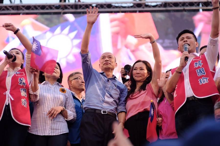 高雄市長韓國瑜1日在總統府前凱道舉行「庶民總統團結台灣、決戰2020贏回台灣」全國大會師活動,現場湧入超過15萬人,韓大進場後上台致詞,並向支持民眾承諾,2020年將出面承擔,不惜粉身碎骨。(郭吉銓攝)