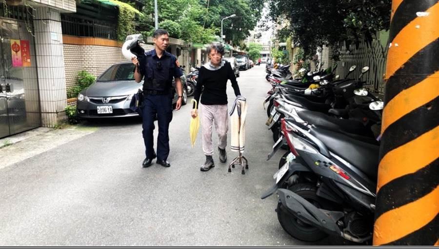 警員熱心陪伴劉婦返家,但因家中無人,只好先將她帶回派出所休息。(林郁平翻攝)