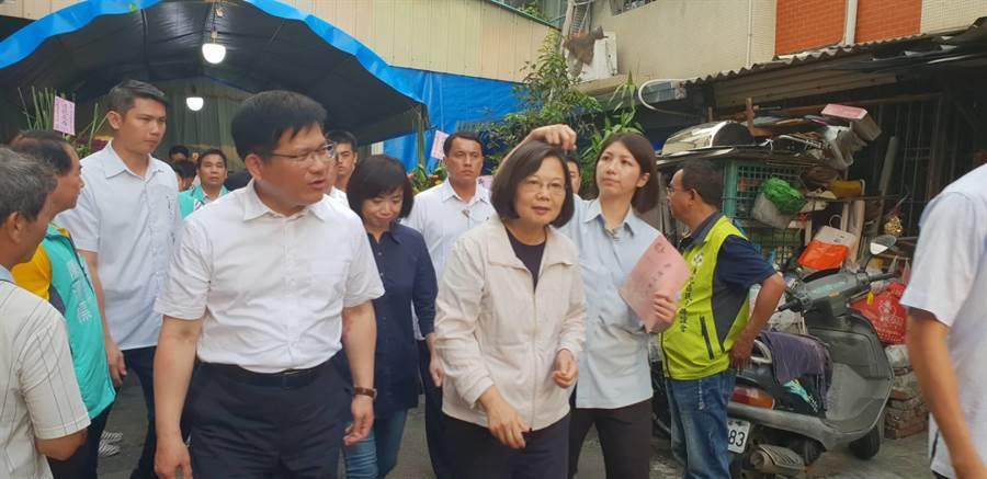 蔡英文也在交通部長林佳龍、立法委員何欣純與地方黨公職代表的陪同下向家屬致意慰問。(讀者提供)