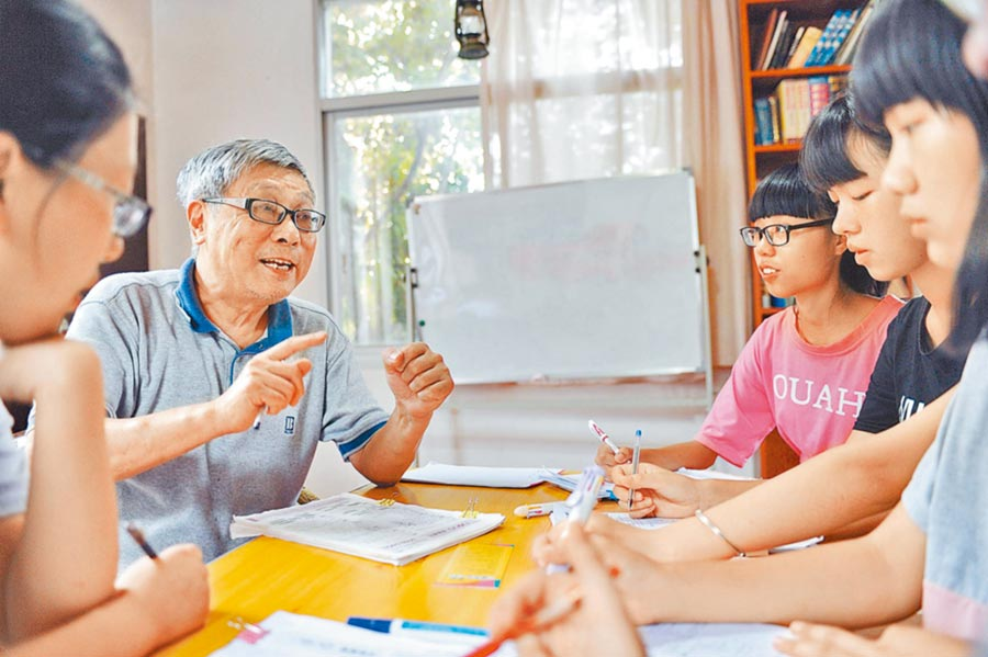7旬台籍教授在福州教孩子們學英文。(新華社資料照片)