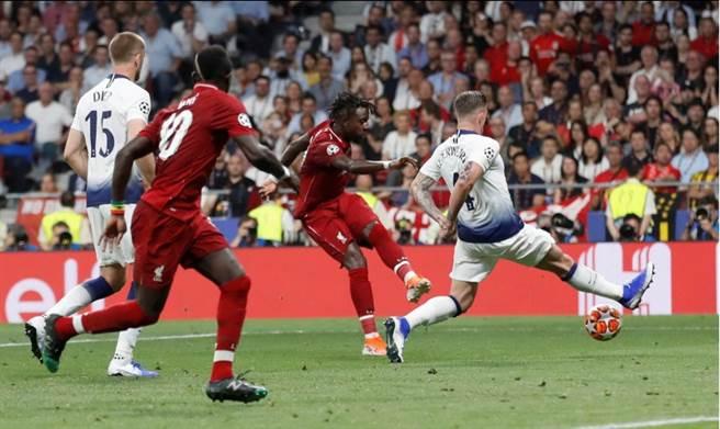 比利時前鋒歐里吉(中)替補上陣,在終場前左腳踢進保險進球。(路透)