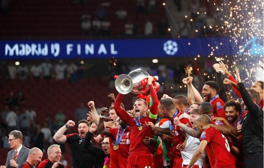 利物浦由隊長韓德森舉起歐冠冠軍獎盃。(路透)