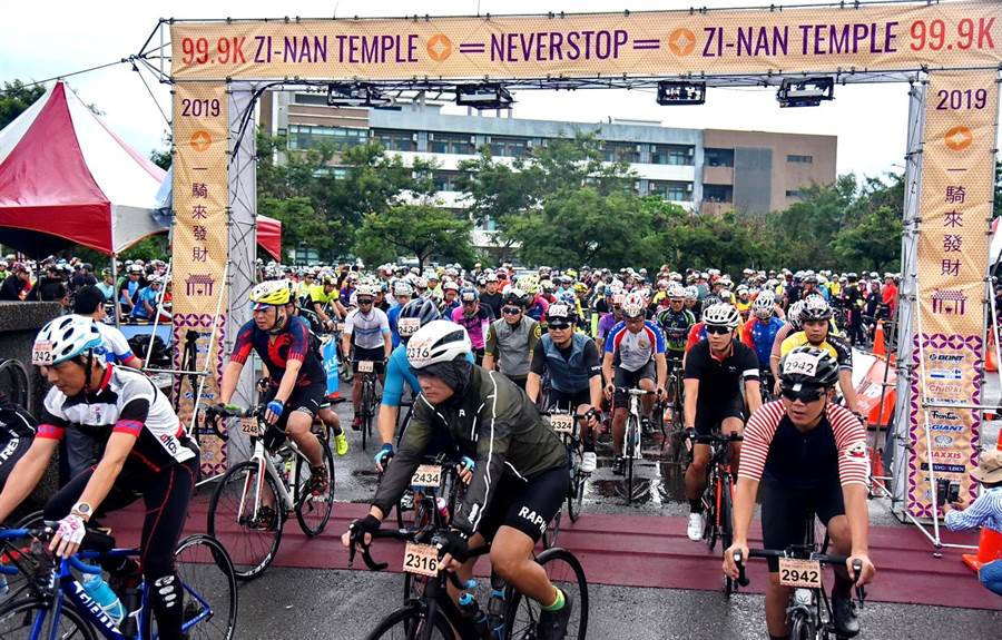 紫南宮環縣99.9K自行車賽,今年共有6個國家、3千位騎士熱情挑戰,在鳴槍起跑後,騎土們都魚貫湧出。(楊樹煌攝)