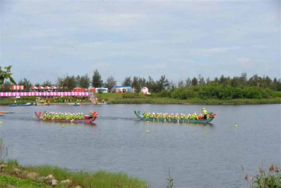 雲林縣府與雲林議會隊進行龍舟表演賽。(縣府提供)