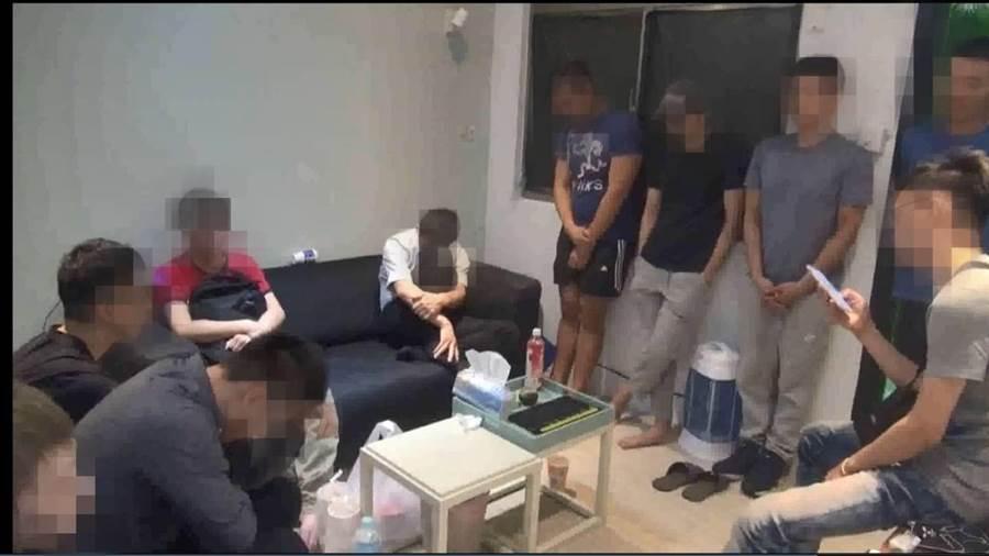 萬華分局在北市松山區八德路一處出租民宅查獲男子毒轟趴。〔謝明俊翻攝〕