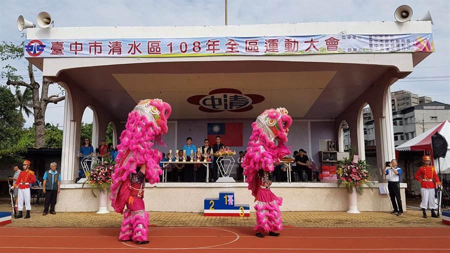 清水區公所今天在清水國中田徑場舉辦「清水區108年度全區運動大會」。(陳世宗攝)