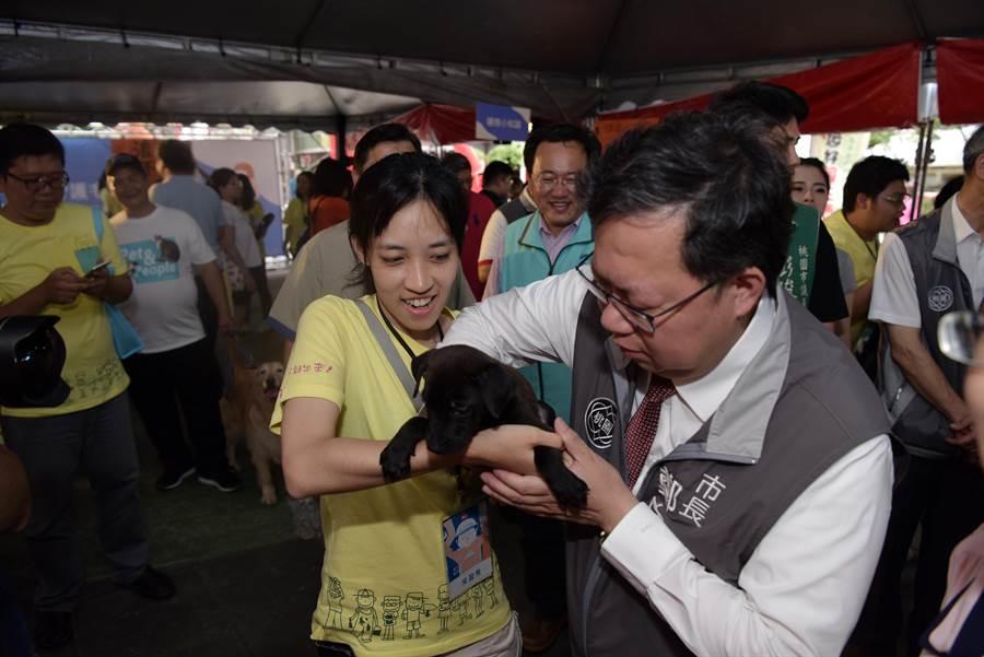桃園市長鄭文燦(右)與毛小孩互動。(邱立雅攝)