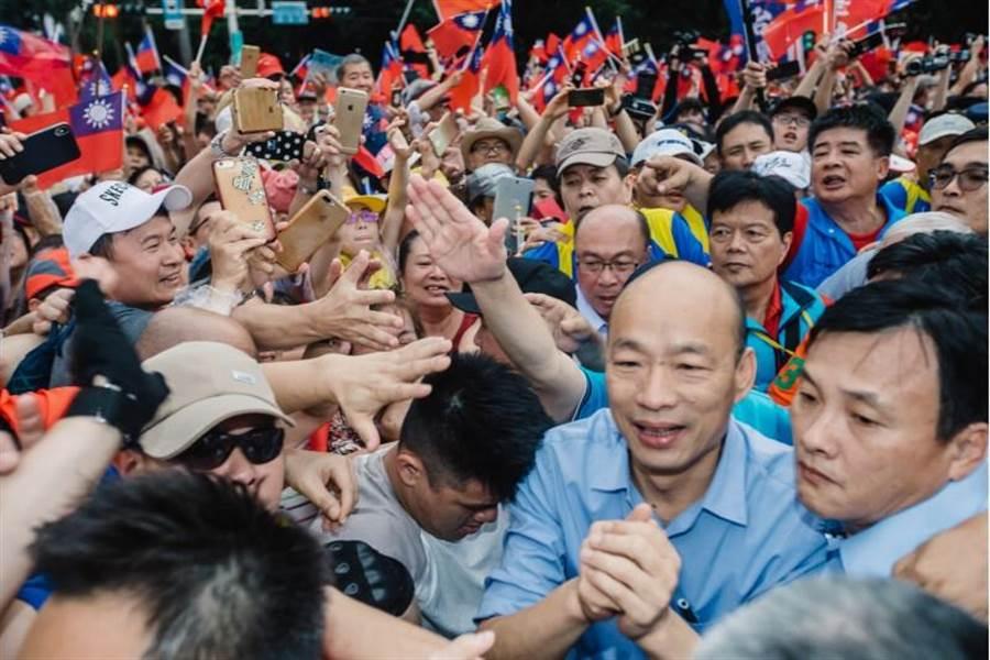 高雄市長韓國瑜1日出席凱道挺韓大會師,現場湧入數十萬人,因熱情的韓粉簇擁,讓韓大進場就走了10多分鐘。(郭吉銓攝)