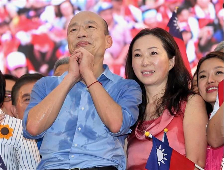 高雄市長韓國瑜(左)與夫人李佳芬(右)1日出席在凱道舉行的「決戰2020,贏回台灣」造勢活動,並拱手感謝現場不畏風雨的支持者。(資料照片 姚志平攝)