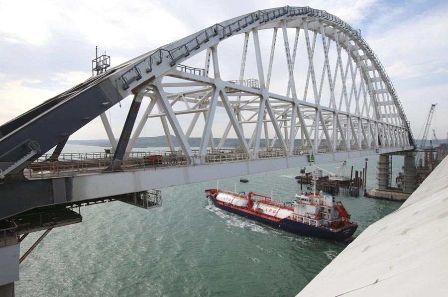 封鎖港口的跨海大橋圖╱路透