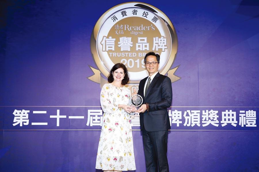 奇美家電連續11年蟬聯《讀者文摘》台灣消費者票選「信譽品牌」金獎,CHIMEI奇美家電總經理余泯樂(右)上台領獎。圖/業者提供