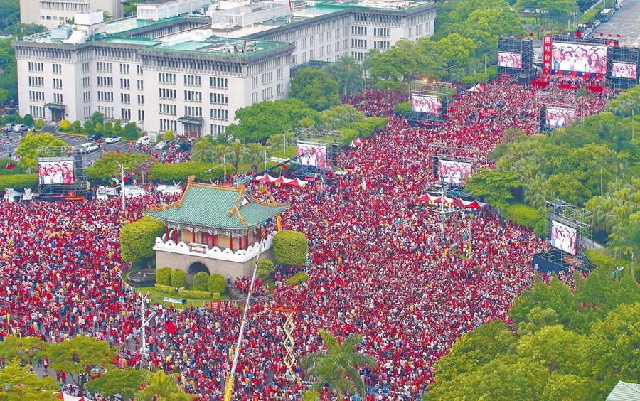 「決戰2020贏回台灣」造勢活動1日在凱達格蘭大道登場,雖然天氣陰雨,但30萬名支持者湧進現場用行動力挺韓國瑜參選。(陳怡誠攝)
