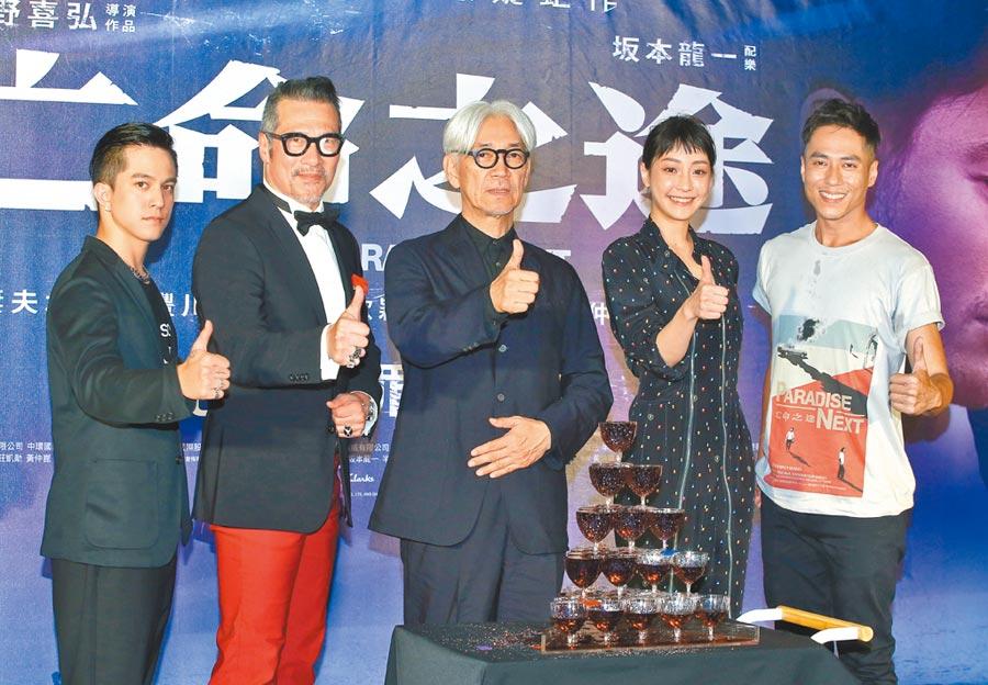 黃遠(左起)、黃仲崑、特別嘉賓坂本龍一、謝欣穎、莊凱勛昨一起出席首映會。(粘耿豪攝)