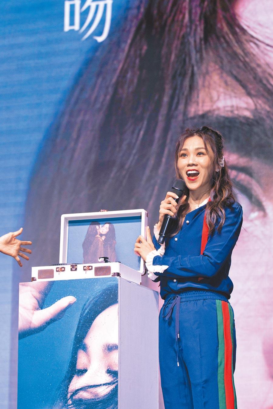 蔡健雅昨在台北三創與歌迷同樂。