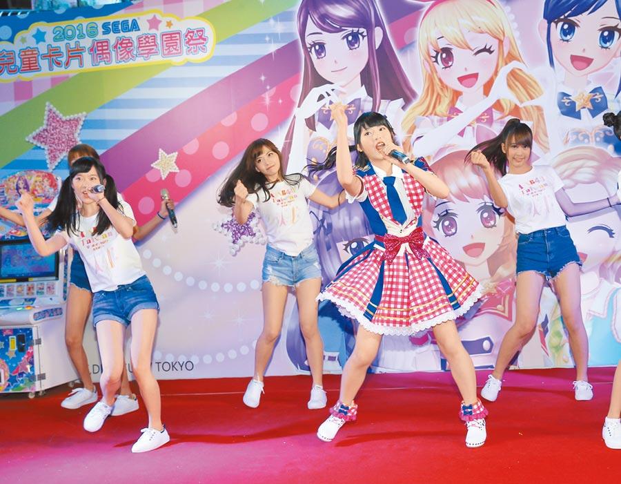 馬嘉伶(前)肩負「AKB48唯一台灣成員」之銜,2016年與「研究生」後輩同台演出。(資料照片)