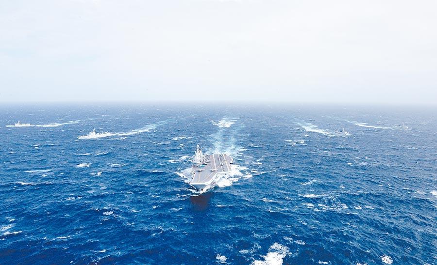 2016年12月26日,大陸遼寧艦航母編隊向西太平洋航行。(新華社)