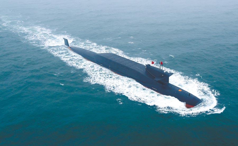 4月23日,解放軍海軍成立70周年海上閱艦活動在青島舉行,大陸某新型核潛艇亮相。(新華社)