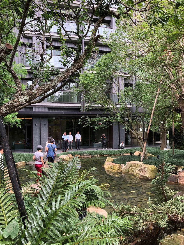 「分享綠意美景,不會少塊肉!」台中市有建商大方開放庭院,讓民眾都能進來欣賞大自然。(盧金足攝)