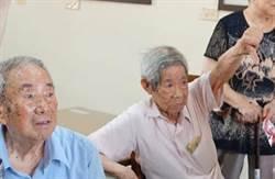 王金平訪榮民之家  尷尬遇「倒大拇指」