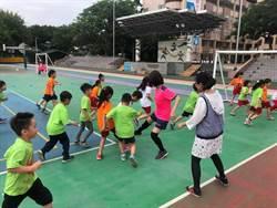 推廣足球運動  市議員與孩童一起踢球