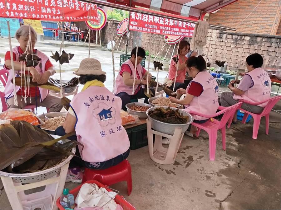 台南地區農會家政班成員與頂安社區志工媽媽們合作,製作500顆粽子分贈華山與美善基金會。(台南地區農會提供)