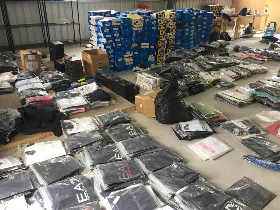 仿冒精品集團,與大陸廠商合作生產仿冒品在台透過網路銷售,警方查獲大批仿冒商品(陳淑芬翻攝)