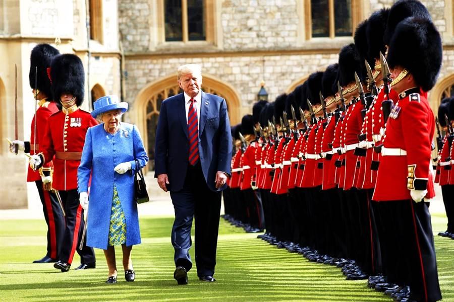 迎接川普二度到訪,英皇室已做足準備,包括推出秘密武器-安德魯王子貼身招待、進行高爾夫外交,防止川普再鬧爭議以及其他外交慘案發生。圖為川普2018年7月訪英時的資料照。(圖/美聯社)