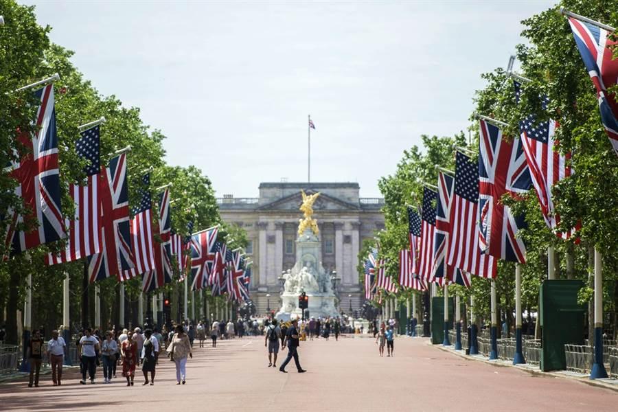 倫敦林蔭大道上美國、英國國旗整齊飄揚,為迎接川普二訪,英國已做好準備。(圖/美聯社)