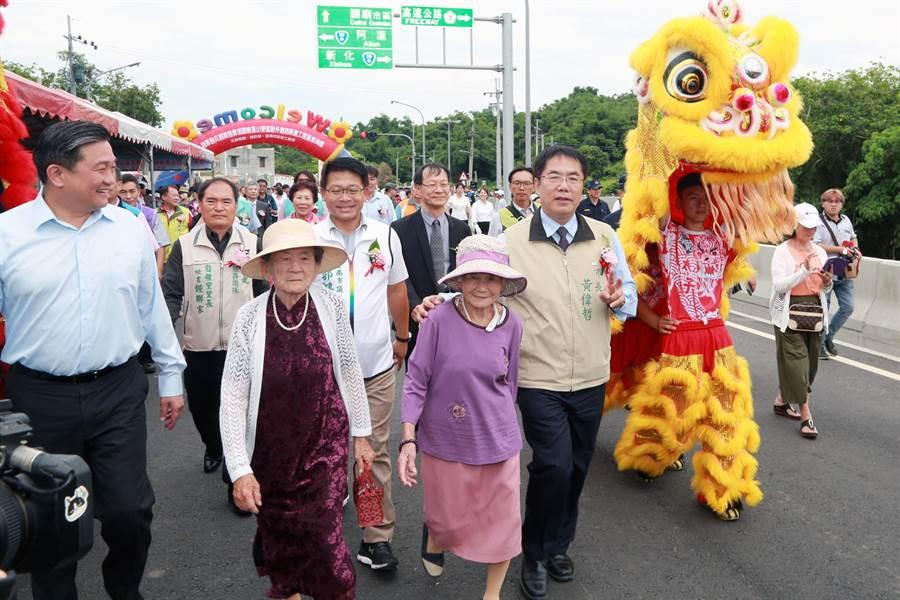 台南市長黃偉哲與地方民眾歡慶新砲校聯外道路通車。(市府提供)