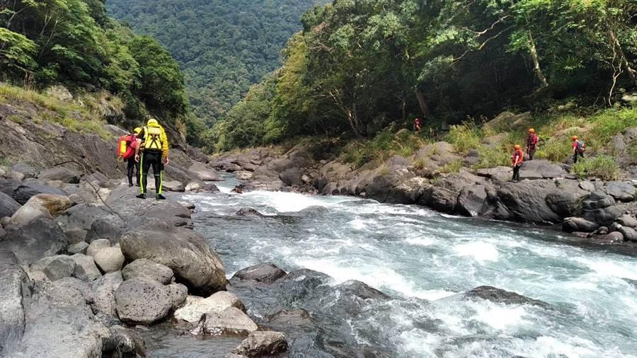 警消人員沿著南勢溪往下游搜索。(葉書宏翻攝)