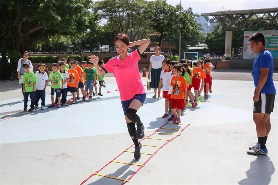 戴瑋姍與參與學童同場踢球。(葉書宏翻攝)