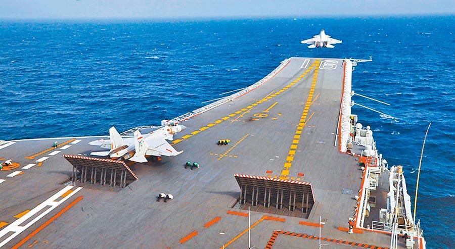 圖為遼寧號艦載機正從甲板升空。(大陸國防部官網)