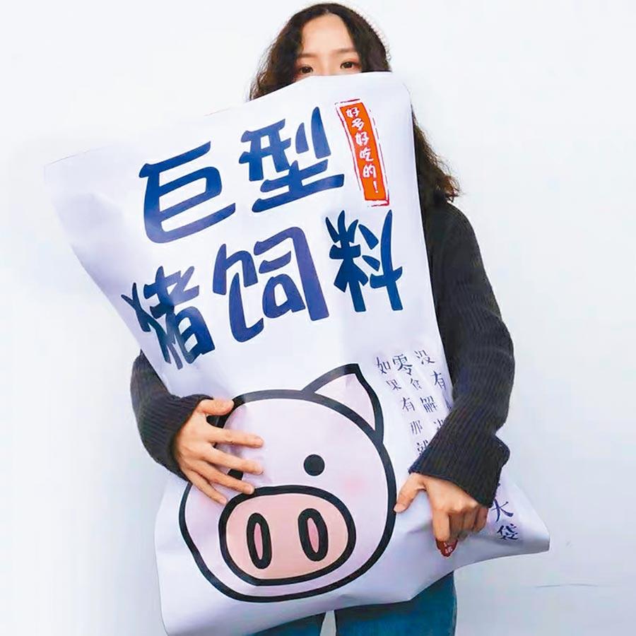 超市貨架上備受歡迎的「巨型豬飼料」零食包。(取自微博@胡圖圖ss)
