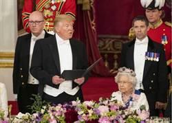 失禮!英女王碰不得 川普卻拍她肩