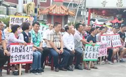 草屯鎮民拉白布條舉標語抗議鳥嘴人工湖救濟金太低