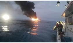 彭佳嶼海域海釣船大火30人受困 海巡隊馳援救