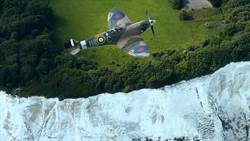 紀念諾曼第登陸75週年 噴火戰機飛越多佛白色懸崖