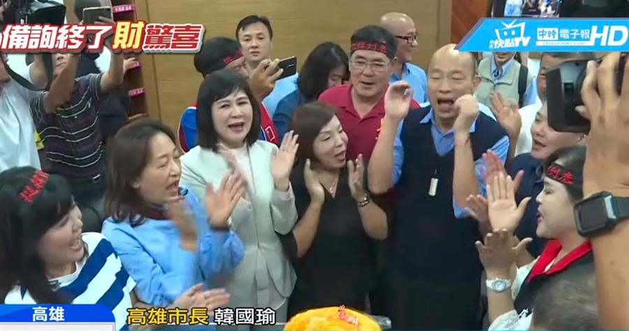 他做的蛋糕噴出錢!韓國瑜62歲慶生收2大驚喜。(圖/中天新聞)
