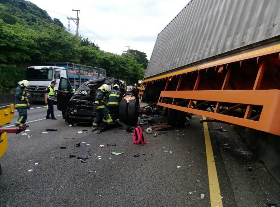 商旅車追撞連結車,新竹縣消防局在現場搶救。(羅浚濱翻攝)