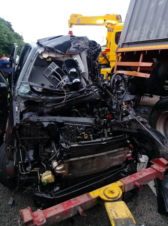 商旅車追撞連結車,車頭嚴重扭曲毀損。(羅浚濱翻攝)
