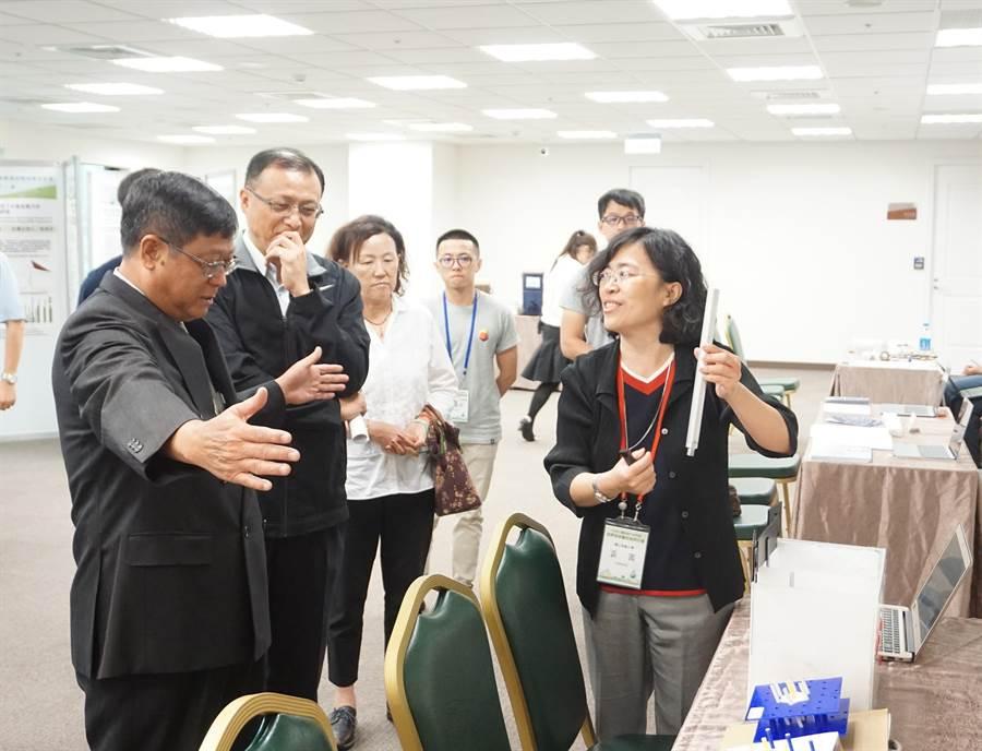 環保署長張子敬(左1)參觀產學媒合展示區,並學者交換意見。(圖/環保署提供)