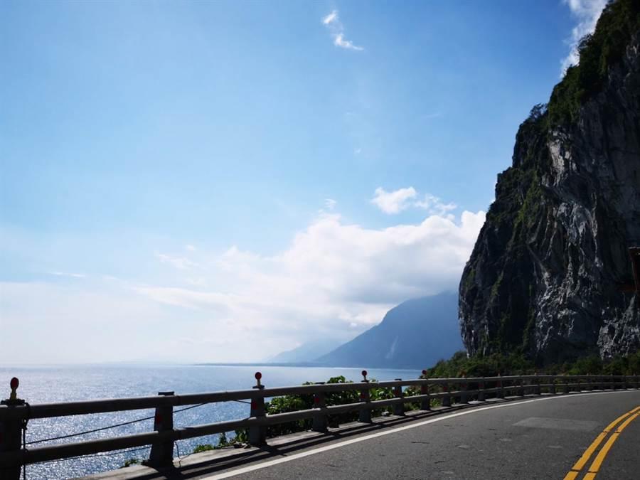蘇花藍色公路結合觀光與交通運輸 遊客可從海上眺望清水斷崖 體驗新型態遊程。圖:航港提供
