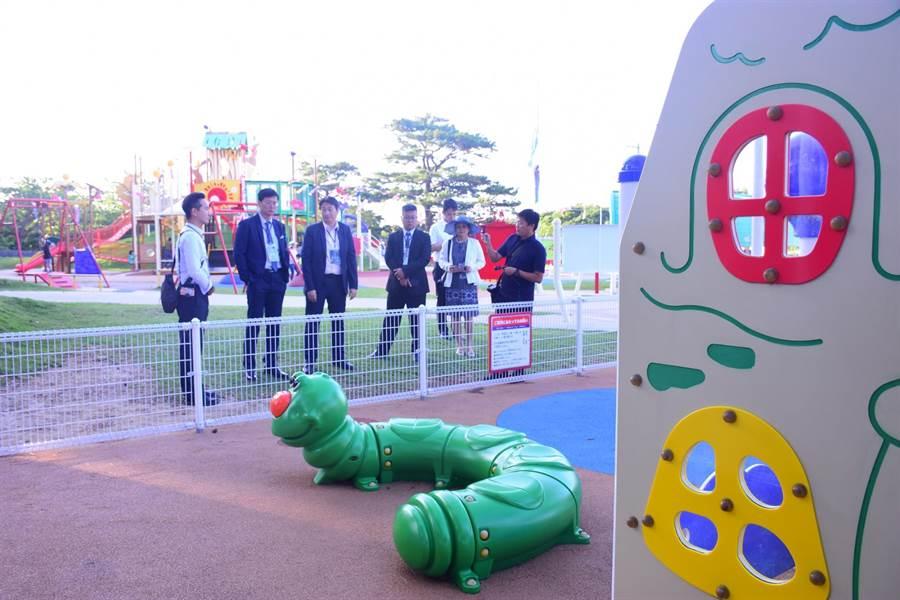 花蓮市長魏嘉賢(左3)率團隊前往日本沖繩交流參訪,特地觀摩縣內的親子公園。(許家寧翻攝)