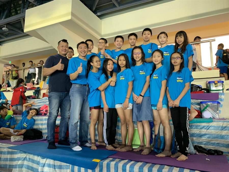 頭家國小游泳隊拿下23金佳績,泳後援會會長李弦穆(前排右一)與校長王玉龍(前排右一)與選手合影。(王文吉攝)