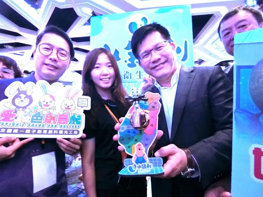 水「龍」頭!交通部長林佳龍4日出席觀光產業媒合會及小鎮漫遊踩線活動,對業者打造的水龍頭,稱讚有創意又有實力,是台灣產業之光。(盧金足攝)