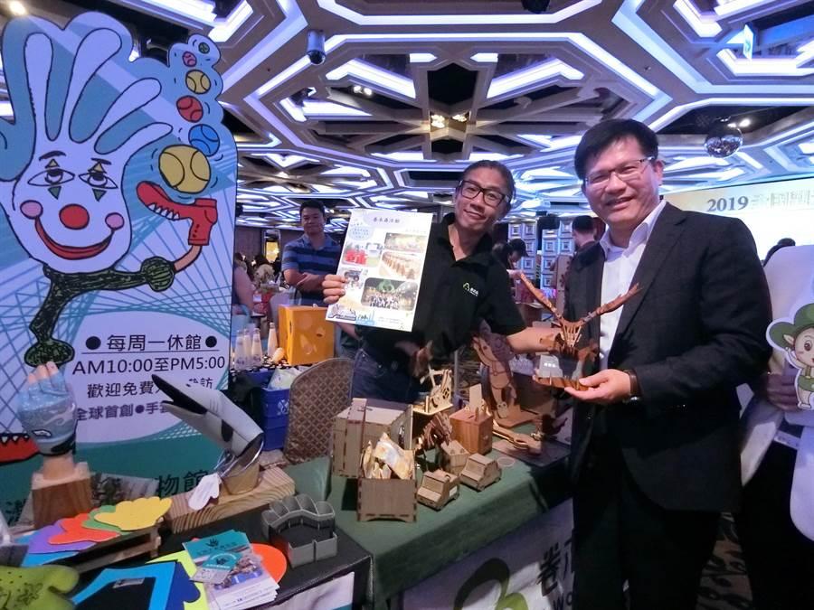 交通部長林佳龍4日出席全國旅行業高峰論壇暨觀光產業媒合會,變成拍照的人形立牌,也以行動鼓勵台灣觀光產業。(盧金足攝)
