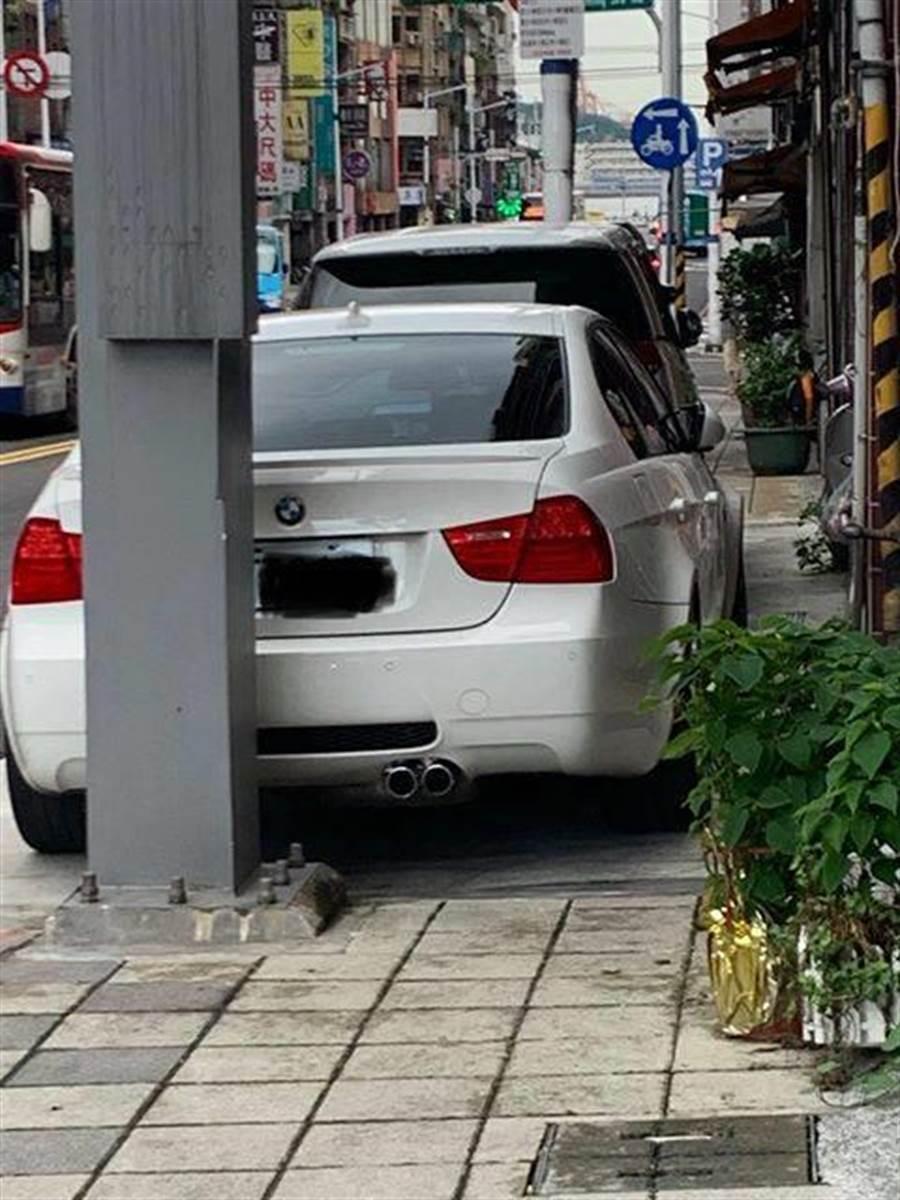 1輛貼有「立法委員唯一支持宋瑋莉」的BMW E90 M3的豪車,絲毫不顧他人眼光,以及阻礙行人通行,霸氣違停在基隆委託行通往孝二路的通行路口前。(翻攝自臉書基隆人踹共社團)