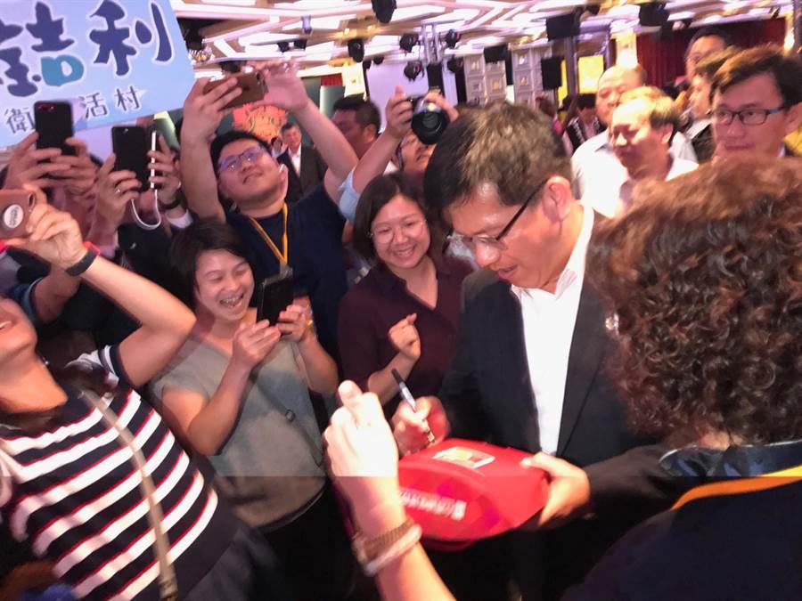 交通部長林佳龍4日出席「全國觀光產業高峰論壇暨觀光產業媒合會」,進入會場時觀光業者爭相合照、簽名。(盧金足攝)