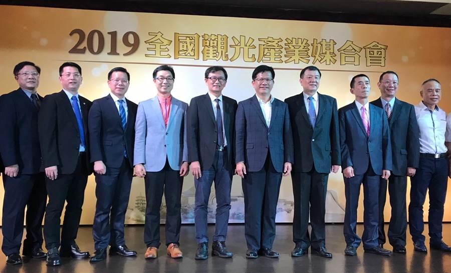 交通部長林佳龍(右五)向觀光業者指出,交通部正制訂2030年台灣的觀光政策,「Taiwan Tourism 2030」,希望吸引2000萬國際觀光客為目標。(盧金足攝)